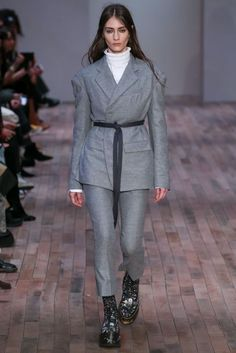 Fall 2017 Ready-to-Wear Collection Photos - Vogue Catwalk Fashion, Fashion Week, Fashion 2017, High Fashion, Fashion Show, Mode Streetwear, Streetwear Fashion, Internship Outfit, Suits For Women
