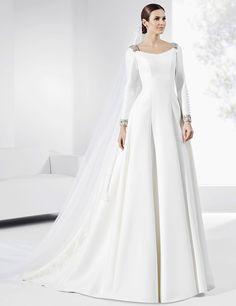 Vestidos de novia de corte clásico con galón de escote y puños plateados.