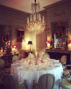 A imagem pode conter: 1 pessoa Dinner Table Setting, Elegant Dinning Room, Formal Dining Room, Dining Room French, Beautiful Table, Country Style Interiors, Elegant Dining, Pretty Table Settings, British Decor