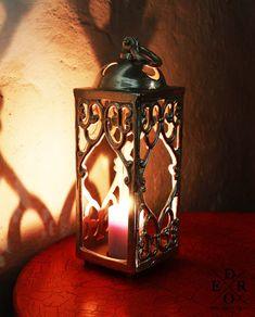 """Wundervoll dekorative Laterne """"Cassian"""" aus Metall gefertigt. Schaffen Sie überall ein stimmungsvolles und romantisches Licht, ob in Ihrem Garten, im Wohnbereich oder auf der Terrasse. Mit den orientalisch anmutenden Schmuckstücken erstrahlt der Kerzenschein noch schöner. Home And Living, Table Lamp, Home Decor, Terrace, Decorative Lanterns, Living Area, Metal, Garten, Nice Asses"""