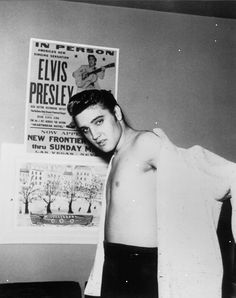 In December Elvis Presley took the stage in Las Vegas for the final time. The King was noticeably overweight and bloated. When most Americans think of the singer and Las Vegas, they think of this late-era Elvis — all tacky showmanship and puffy features. Elvis Presley Songs, Elvis Presley Photos, Priscilla Presley, Mick Jagger, Freddie Mercury, Lisa, Aladdin, Rockabilly, Elvis Presley Heartbreak Hotel