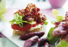 Sandwich med bacon, salat og tomat