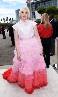 """Roupa chocante,kkkkkk -  Lena Dunham, de """"Girls"""", prestigia a 66ª edição do Emmy Awards. O evento acontece no Nokia Theatre, em Los Angeles. Ela concorre ao prêmio de melhor atriz por série cômica Getty Images"""