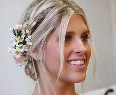 Passo a passo ensina duas versões do cabelo enfeitado com flores naturais