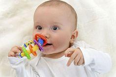 Bastelzubehör: Selbst gemachte Geschenke für Babys und Kleinkinder. Unverwechselbar: Buchstabenwürfel machen aus dem selbst gebastelten Greifling ein individuelles Geschenk. Foto: djd/windeltorte-exclusive.de/thx