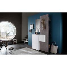 Mit dieser Garderobe gestalten Sie Ihren Eingangsbereich besonders einladend! Dank der Farbgebung in Grau und Weiß passt sich das Möbel Ihrem eleganten Wohnambiente perfekt an. Ihre Gäste fühlen sich sofort wohl, wenn sie eintreten und ihre Jacken an den 3 Haken aufhängen. Hinter der großen Drehtür ist Platz für Schuhe oder Accessoires, die kleine Drehtür verbirgt einen integrierten Schlüsselkasten. Im Spiegel überprüfen Sie Ihr Aussehen vor dem Ausgehen. Die perfekte Kombination für Ihren…