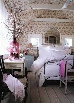 43. #Fluffy Bed - 44 Cozy Bedrooms to #Inspire the Home Decorator in You ... → DIY #Great (arreglos de flores en la mesa)