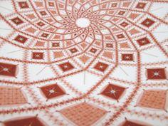 見附正康《無題》Ф49×11cm 九谷焼、赤絵細描 2009年