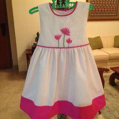 Vestido con flores bordadas en punto cruz. Bordado y confeccionado por MVG