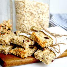 healthy snacks - Havrebar Recept Tasteline com Healthy Bars, Healthy Dessert Recipes, Healthy Baking, Raw Food Recipes, Baking Recipes, Healthy Snacks, Danish Food, Base Foods, Food Hacks