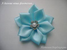 Je partage avec vous un tutoriel trouvé ici d'un joli fleur à faire soi-même avec des rubans , suivez le pas à pas en image très clair... Bonne réalisation si cela vous tente ...