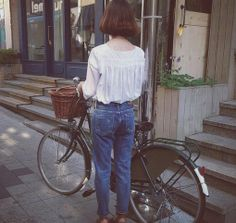 White cotton top tucked in rolled up jeans. Indie Fashion, Urban Fashion, Bike Fashion, Fashion Looks, High School Fashion, Rolled Up Jeans, Cycle Chic, Modern Vintage Fashion, Bicycle Girl