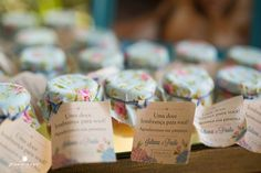 Compota para lembrancinha de casamento, com tecido florido e mensagem fofa em estilo rústico.
