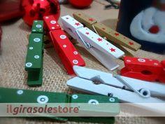 Confezione da 8 mollette in legno decorate per il Natale.  Colori assortiti tra Bianco, Oro, Rosso, Verde. Grandezza cm 8