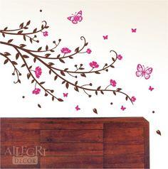 Esse adesivo é maravilhoso, fica lindo em qualquer ambiente, seja adulto ou infantil. Tem borboletas e flores pequenas e grandes. É muito delicado. Vem com adesivos separados (borboletas grandes, pequenas, florzinhas e folhas) para vc adesivar na parede como quiser, perto ou longe dos galhos, assim vc cobre uma área maior da parede. Mais um design exclusivo da Allegri para vc!  A medida de 102cm é relativa somente aos galhos, o adesivo fica bem maior na parede dependendo de como as…