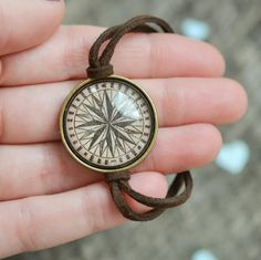 This bracelet features a 25 mm (1inch) bronze bezel with a high quality antique compass print. The print has been sealed behind a magnifying glass