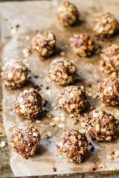Healthy high protein snacks that are perfect for traveling! These homemade snacks have wholesome ingredients and are packed with fiber and protein. Healthy Protein Snacks, Healthy Sweets, Healthy Baking, Healthy Breakfasts, Healthy Cookies, Protein Energy Bites, No Bake Energy Bites, Energy Balls, Desserts Crus