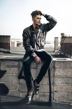 toni mahfud poses on a rooftop on male photo Poses Pour Photoshoot, Rooftop Photoshoot, Men Photoshoot, Model Photoshoot Ideas, Photoshoot Images, Toni Mahfud, Pose Portrait, Portrait Photography Poses, Male Fashion Photography