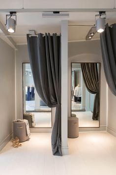 Medium grey walls, charcoal curtains, blonde floors, black cieling w/exposed ductwork. Retail Interior Design, Showroom Design, Retail Store Design, Boutique Design, Boutique Decor, Boutique Stores, Fashion Store Design, Clothing Store Design, Fashion Shop Interior