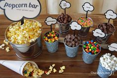 popcorn bar with printable labels Everyday Dishes amp; DIY DIY popcorn bar with printable labels is the perfect crowd pleaser Soirée Pyjama Party, Pyjamas Party, Pajama Party Grown Up, Sleepover Party, Slumber Parties, Slumber Party Snacks, Diy Snacks, Pj Party, Work Party