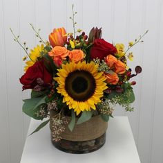 Sunset colors of the fall season come together in this rugged, burlap by BloomNa. Sunset colors of the fall season come together in this rugged, burlap by BloomNa… – Blumenstr Sunflower Arrangements, Flower Arrangements Simple, Fall Arrangements, Floral Centerpieces, Sunflower Centerpieces, Floral Design Classes, Floral Designs, Cemetery Flowers, Table Flowers