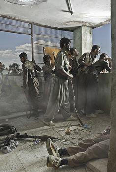 De Franse fotograaf Emeric Lhuisset reist naar conflictgebieden om foto's te maken op het grensvlak van kunst en journalistiek. Deze foto heet 'Theatre of War' (2012) en toont Iraans-Koerdische guerrillastrijders in Irak.