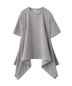 ◼︎6/3(金) 18:00 発売再度にふんだんに入れたフレアーが特徴のトレーナー素材のデザイントップス。全体的なボリューム感とドレープが着用するだけで華やかにコーディネートが決まり、体型カバー効果も期待できるデザインです。夏も着用できる薄手の裏毛を使用しております。シンプルなスラックスやカジュアルにデニムと合わせて着用頂けます。合わせやすいベーシックなカラー展開でご用意しております。