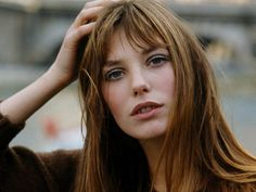 Jane Birkin is a timeless style icon. Hermès knows it, and dedicated to the British actress one of its best-selling models: the Birkin, e Undone Look, Wispy Bangs, Cut Bangs, Fringe Bangs, Short Bangs, First Haircut, Iconic Women, Cool Haircuts, Redheads