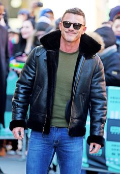 Red Suede Jacket, Men's Leather Jacket, Leather Men, Aviator Jackets, Herren Outfit, Hommes Sexy, Luke Evans, Celebrity Outfits, Sexy Men