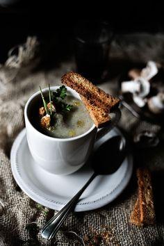 Pratos e Travessas: Sopa de couve flor, cogumelos marrom e tomilho # Cauliflower, cremini mushrooms and thyme soup | Food, photography and stories