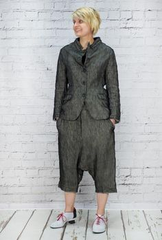 Rundholz really gorgeous Mainline black jacket. The woven top layer of fabric is semi sheer, with a cotton cream lining. Fitted jacket with raw edge cuffs. Two front flat pockets. Material: Jacket 89% linen and 11% silk. Looks great with match harem trousers