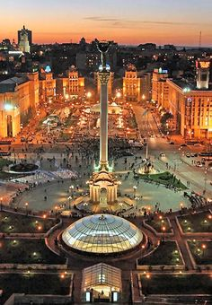 Maidan Nezalezhnosti, or Independence Square with the Globus(underground shopping center) and the obélisque of the Angel St Michel