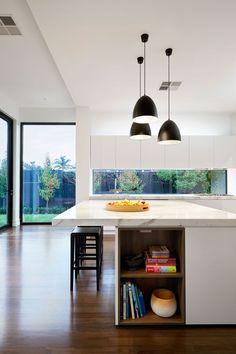 Casa de Estilo Clássico Atualizada Para a Vida Familiar Moderna-bancada cozinha