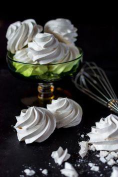Klassinen marenki syntyy helposti, kun vain malttaa kypsentää sen hitaasti. Nämä vähemmän makeat poutapilven valkoiset marengit maistuvat taivaallisilta. Candy Recipes, Sweet Recipes, Baking Recipes, Dessert Recipes, Desserts, Keks Dessert, Finnish Recipes, Just Eat It, Dessert Drinks