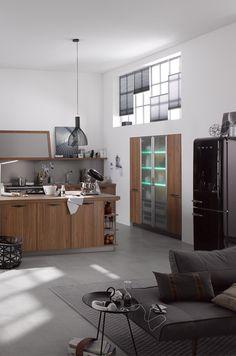 industrial style kuche in holz mit schwarzen wohnaccessoires