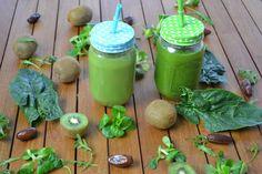 ¿ Te cuesta consumir vegetales de hoja verde? ¿No te gustan las ensaladas? Puedes intentar tomarlos mezclados en un smoothie verde.