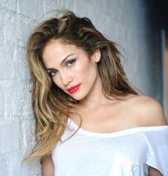 """Ouça """"Feel The Light"""", de Jennifer Lopez para a trilha sonora de """"Cada Um Na Sua Casa"""".A cantora interpreta TIP que tem a linda voz da cantora Rihanna . Além da estreia de """"Towards The Sun"""", de Rihanna, chegou à rede hoje (24) mais uma faixa inédita do filme """"Cada Um Na Sua Casa, desta vez interpretada por Jennifer Lopez."""