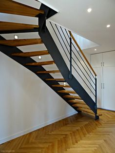 Die Wangentreppe WAT 3800, in Stahl und geölter Eiche, ist eines der Highlight einer komplett renovierten Kreuzberger Maisonettewohnung.