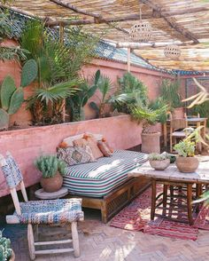 Best Boho Chic Outdoor Furniture To Redesign Porch - Garden Style - Best Boho Chic Outdoor Furniture To Redesign Porch bohemian porch. Patio Bohemio, Bohemian Porch, Bohemian Living, Bohemian Garden Ideas, Bohemian Room, Bohemian Interior, Bohemian Cafe, Bohemian Homes, Terrazas Chill Out