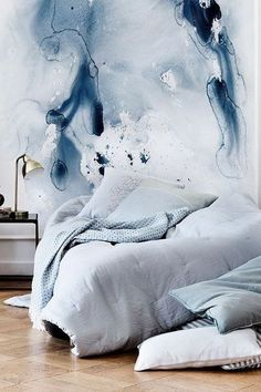 romantic blue bedroom wall paper lamp wall accent pastel blue bedroom wandbemalung wandmalereien schlafzimmer