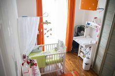Du peps et de la douceur : une chambre de bébé blanche, orange et verte