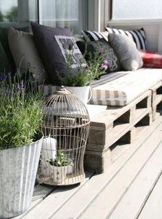 siedziska z drewnianych palet na balkonie,meble z palet na balkon i taras,siedziska z palet z poduchami na balkonie,pomysłowe siedziska z palet w aranzacji małego balkonu,szare poduchy na drewnianych paletach,palety w roli siedzisk na balkonie,skandynawski balkon,balkon w stylu skandynawskim