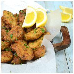Πορτογαλική συνταγή για κεφτέδες μπακαλιάρου, με τραγανή κρούστα εξωτερικά και από μέσα αφράτοι σαν λουκουμάδες. Η διαφορά τους είναι στην μαρέγκα που τους δίνει όγκο, τους κάνει αφράτους και λαχταριστούς. Greek Beauty, Greek Recipes, Fish And Seafood, Tandoori Chicken, Finger Foods, Cod, Food Processor Recipes, Food And Drink, Appetizers