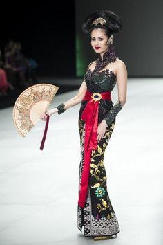 470507623OS206_INDONESIA_FA Kain Kebaya, Kebaya Brokat, Model Kebaya Modern, Eid Dresses, Indian Dresses, Fashion Dresses, Indonesian Kebaya, Traditional Fashion, Traditional Outfits