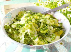 Unser beliebtes Rezept für Zucchinisalat mit Brokkolipesto und mehr als 55.000 weitere kostenlose Rezepte auf LECKER.de.
