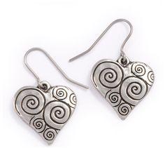 Boucles d'oreilles en étain en forme de coeur avec spirales.