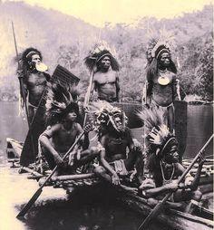 Un raid vers une île côtière lors d'une guerre tribale au début du XXe s.  Papua.