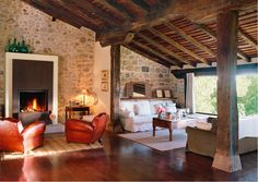 Exposed brick wall - Raw wood columns Exposed wood ceiling - Salas