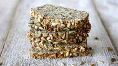 Pečivo v paleo stravě můžete nahradit tímto zrníčkovým chlebem. Díky chia semínkům a vejcím drží krásně pohromadě a je opravdu moc dobrý i pro nás