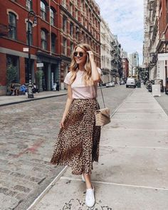 A leopard print skirt is a great piece to have in your wardrobe. It's timeless and has so many styling options from chic to street. Fashion Mode, Modest Fashion, Look Fashion, Girl Fashion, Fashion Outfits, Spring Outfits, Trendy Outfits, Cute Outfits, Leopard Print Skirt